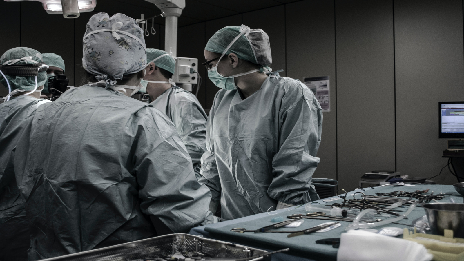 Surgeons preparing for surgery. Photo by Piron Guillaume on Unsplash